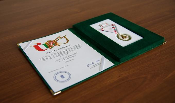 A honvédelmi miniszter kitüntette az Óbudai Egyetem hallgatóját